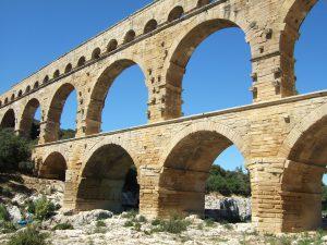 Den nederste del af Pont de Gard set tæt på
