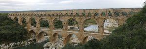 Pont du Gard med turister gående på den